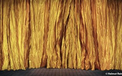 Vor dem Vorhang